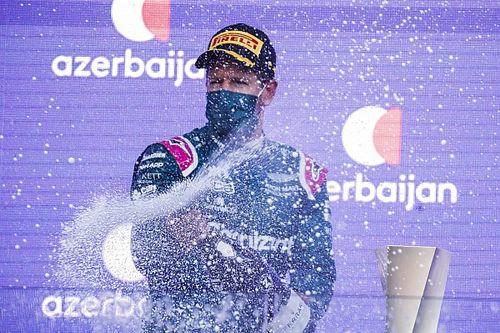 Most már ezt is tudjuk: Vettel nem pisil az autójába, de tud olyanokról, akik igen (videó)