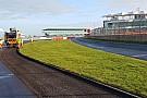 Formula 1 Silverstone pistinin asfaltı yenileniyor