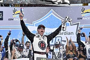 NASCAR Cup Relato da corrida Harvick segura Busch e vence terceira seguida na NASCAR