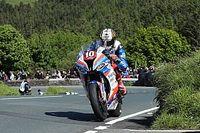 Isle of Man TT: Hickman domineert Superstock-race