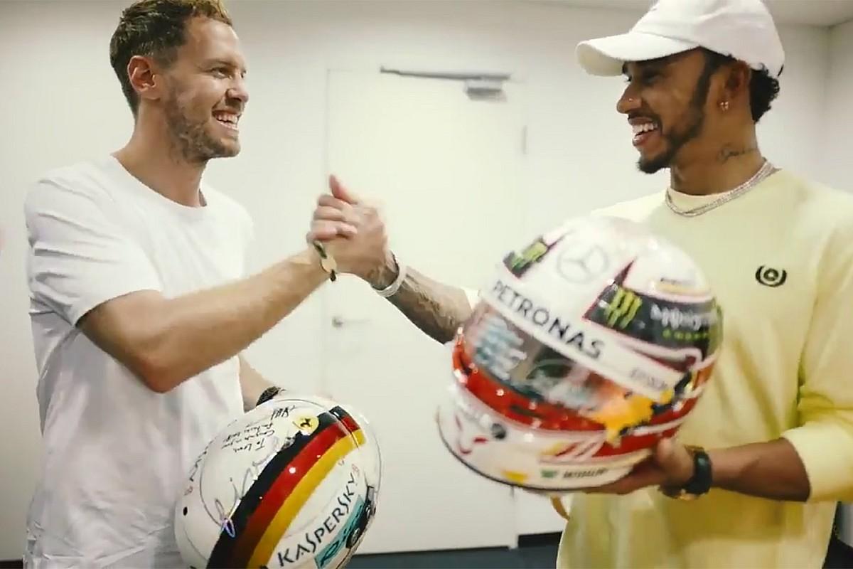 Hamilton e Vettel si scambiano i rispettivi caschi come segno di rispetto dopo il Mondiale 2018 di F1