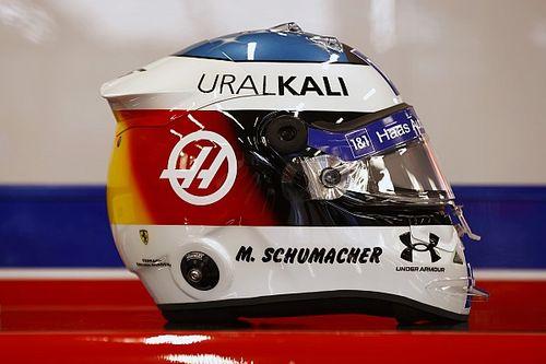 Mick Schumacher con il casco celebrativo dell'esordio di Michael