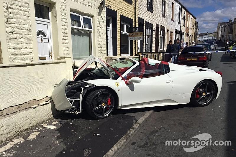 Pasgetrouwd stel sluit bruiloft af met crash in Ferrari 458