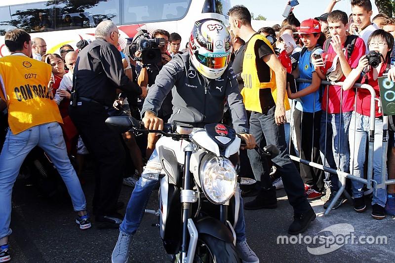 Hamilton rueda en Jerez con una Yamaha... ¡con caída incluida!