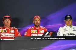 Ganador de la pole Sebastian Vettel, Ferrari, segundo lugar Kimi Raikkonen, Ferrari y el tercero Valtteri Bottas, Mercedes AMG F1 en la conferencia de prensa