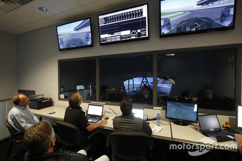 المهندسين يشاهدون فرناندو ألونسو على جهاز محاكاة هوندا
