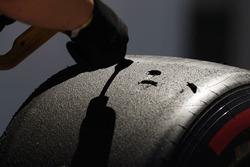 Інженер Pirelli працює із шинами