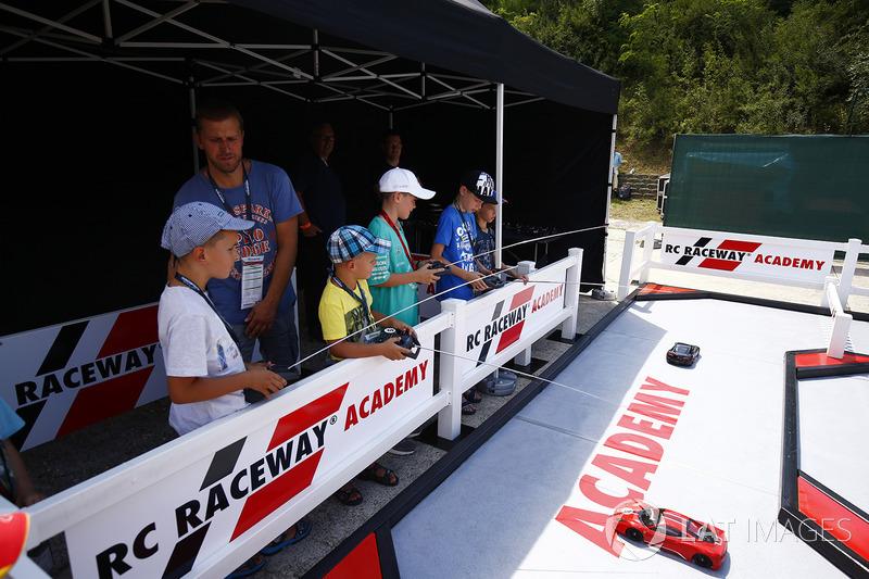 Jóvenes seguidores disfrutan de RC Raceway Academy