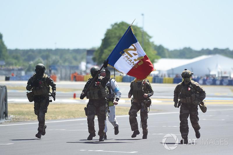 Солдати несуть прапор Франції