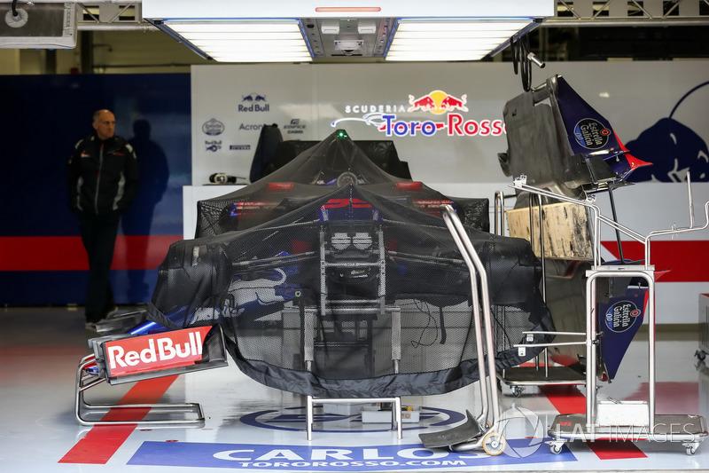 Scuderia Toro Rosso STR12 cubierto en el garaje