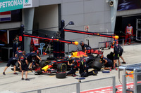 Daniel Ricciardo, Red Bull Racing RB13 makes a practice pitstop