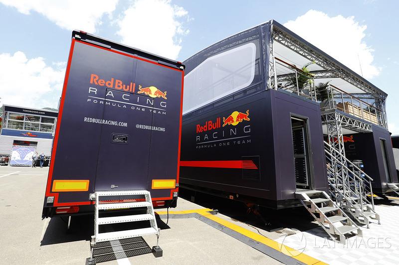 Грузовик Red Bull в паддоке