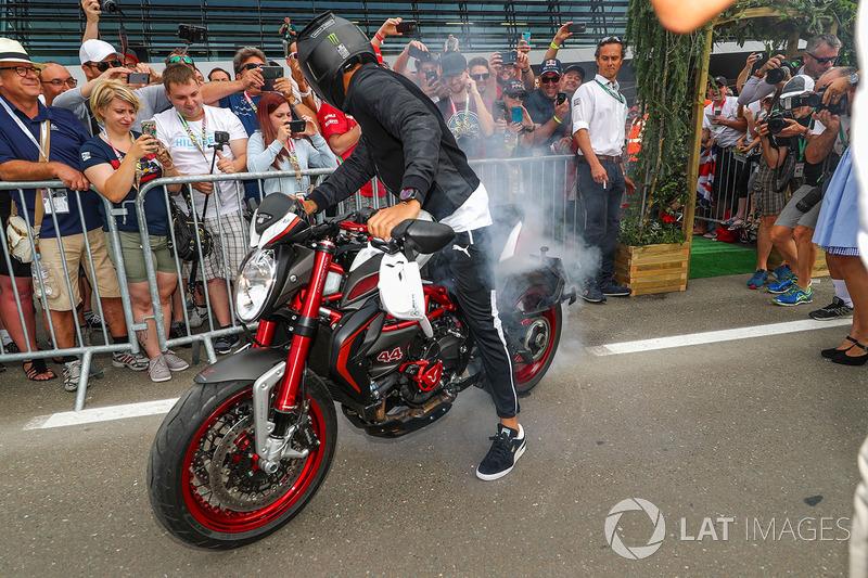 Льюіс Хемілтон, Mercedes AMG F1 на своєму байкуs MV Agusta Dragster RR LH44 Limited Edition робить бернаут перед уболівальниками