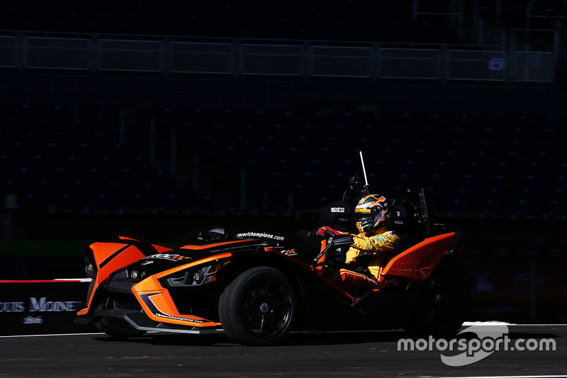 Ryan Hunter-Reay pilote la Polaris Slingshot SLR