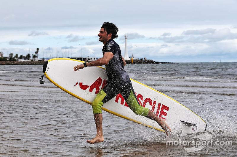 F1  Sainz y Kvyat, a lo vigilantes de la playa