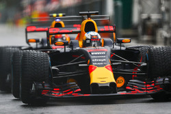 Daniel Ricciardo, Red Bull Racing RB13, Max Verstappen, Red Bull Racing RB13, attendent au bout de la pitlane