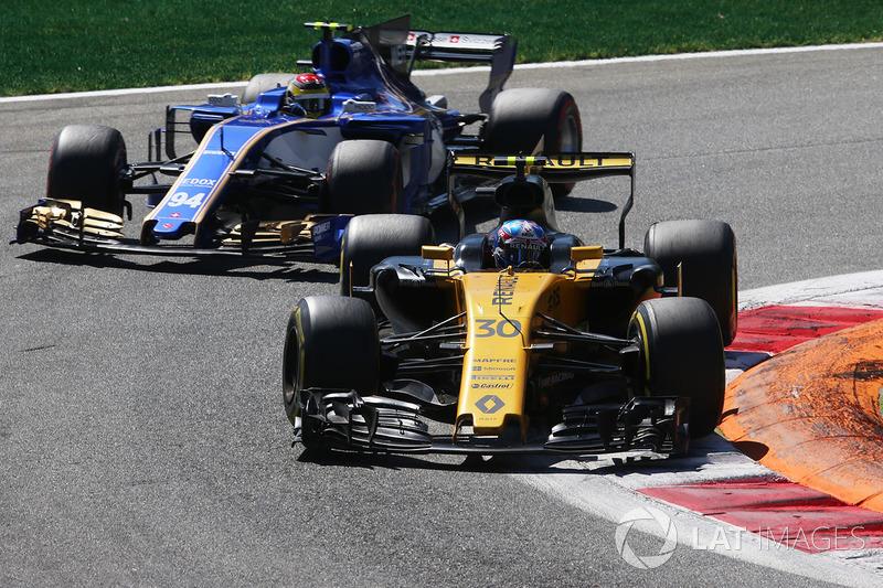 Jolyon Palmer, Renault Sport F1 Team RS17, Pascal Wehrlein, Sauber C36