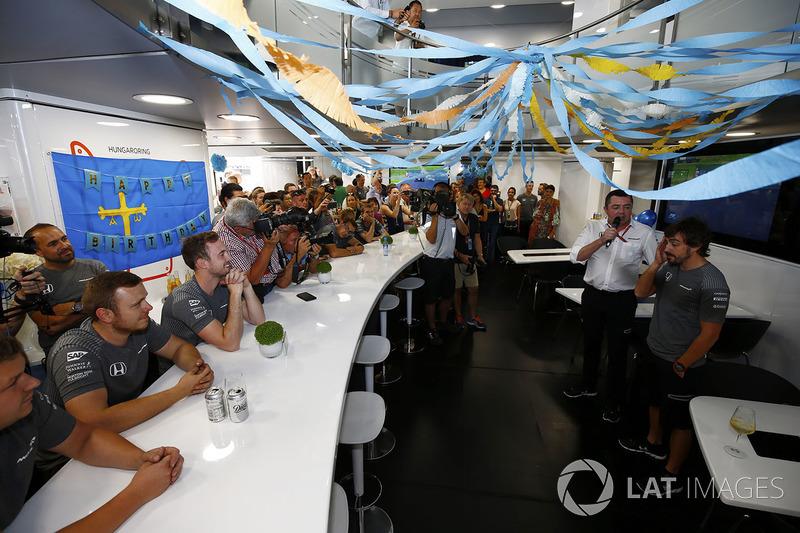 Фернандо Алонсо, McLaren, святкує свій день народження