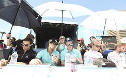 Jérôme d'Ambrosio, Dragon Racing, Nelson Piquet Jr., NEXTEV TCR Formula E Team, Oliver Turvey, NEXTEV TCR Formula E Team, y Felix Rosenqvist, Mahindra Racing, firma de autógrafos