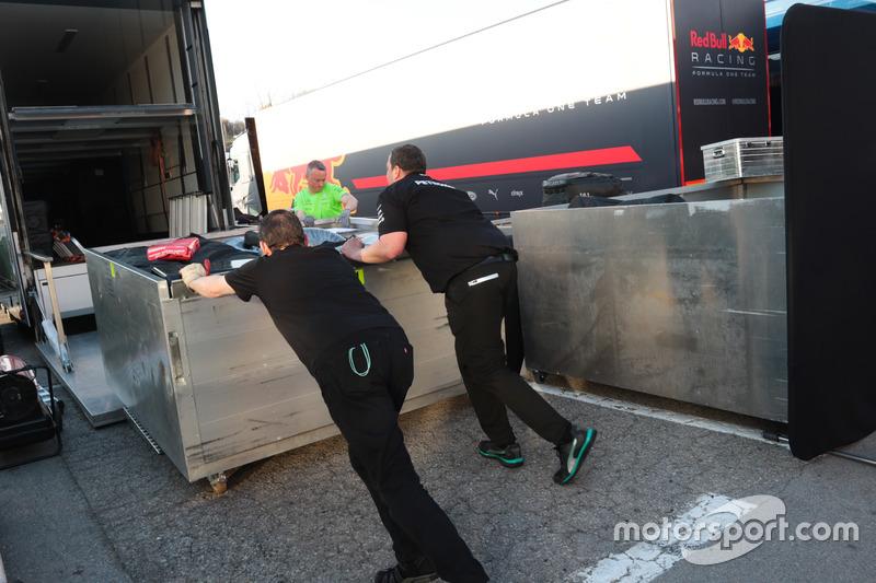 Mercedes AMG F1 carga hacia Melbourne