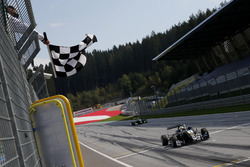 Bandera a cuadros para Joel Eriksson, Motopark Dallara F317 - Volkswagen