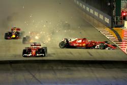 Старт гонки: лидирует Себастьян Феттель, Ferrari SF70H; на заднем плане столкновение Кими Райкконена и гонщика Red Bull Racing Макса Ферстаппена