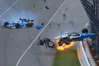 Scott Dixon, Chip Ganassi Racing Honda, Jay Howard, Schmidt Peterson Motorsports Honda involved in a huge crash