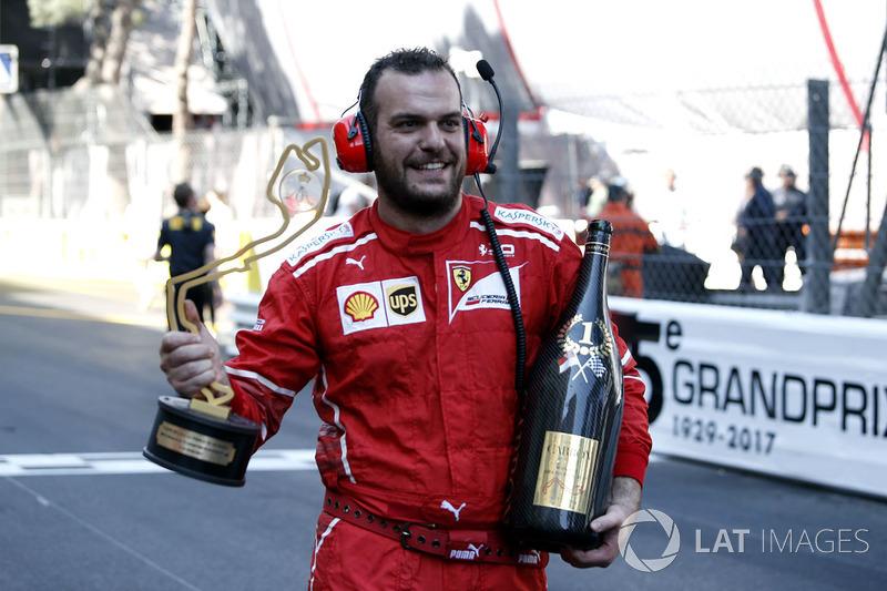 Механік Ferrari святкує із кубком