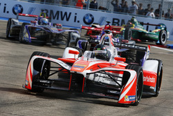 Nick Heidfeld, Mahindra Racing, devant Jose Maria Lopez, DS Virgin Racing, et Sam Bird, DS Virgin Racing