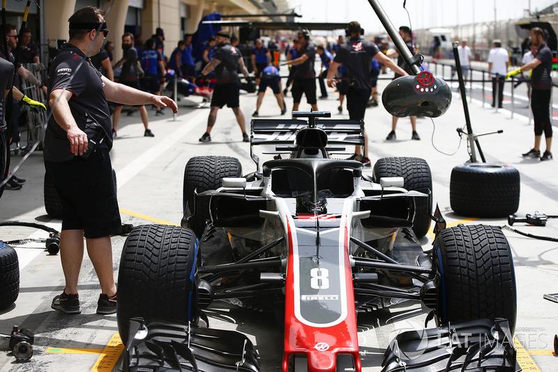La voiture de Romain Grosjean, Haas F1 Team VF-18 Ferrari, dans les stands
