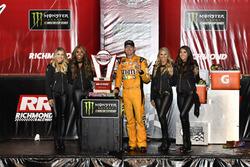 1. Kyle Busch, Joe Gibbs Racing, Toyota Camry, mit den Monster-Girls