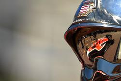 Il riflesso di Jules Bianchi, Marussia MR03, sul casco di un vigile del fuoco