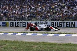 Alain Prost spinge la sua McLaren MP4-2C TAG dopo essere rimasto a secco nell'ultimo giro