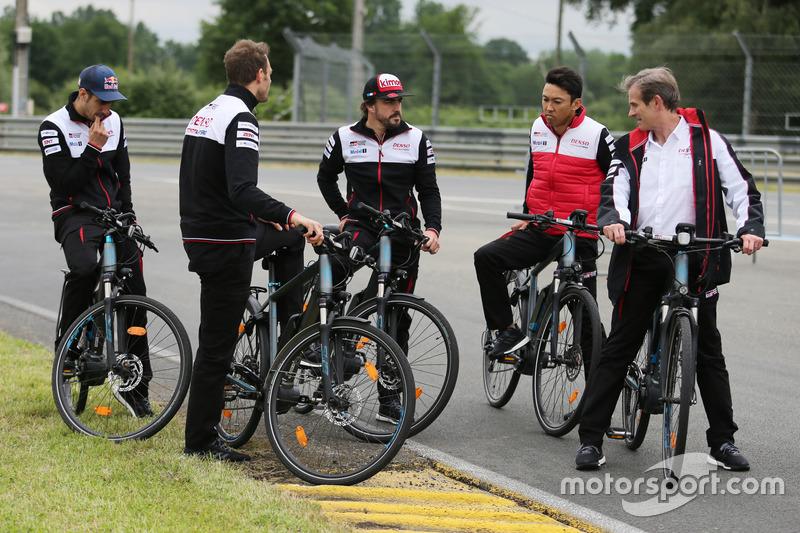 Alexander Wurz, Fernando Alonso, Sébastien Buemi, Kazuki Nakajima, Jose Maria Lopez, Toyota Gazoo Racing en bici por el circuito