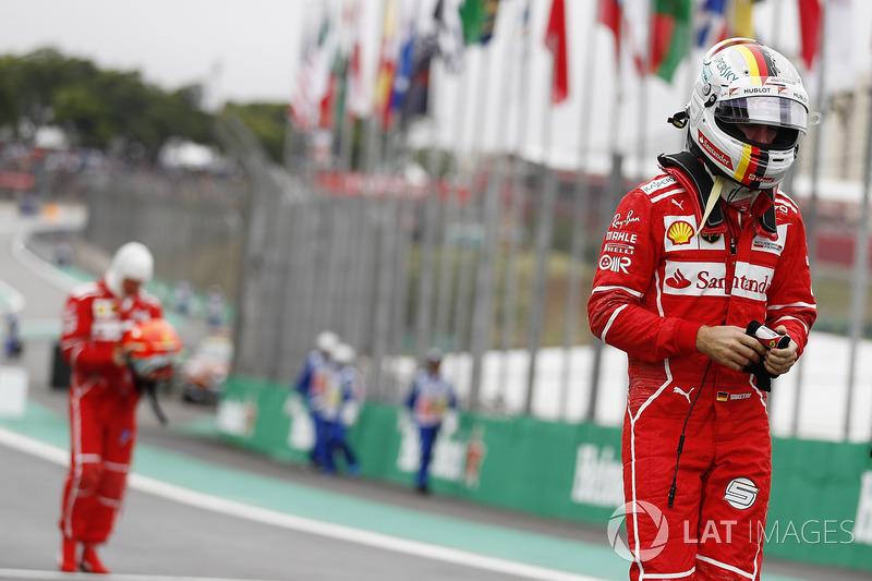 Sebastian Vettel, Ferrari, Kimi Raikkonen, Ferrari, caminan a los pits tras la calificación