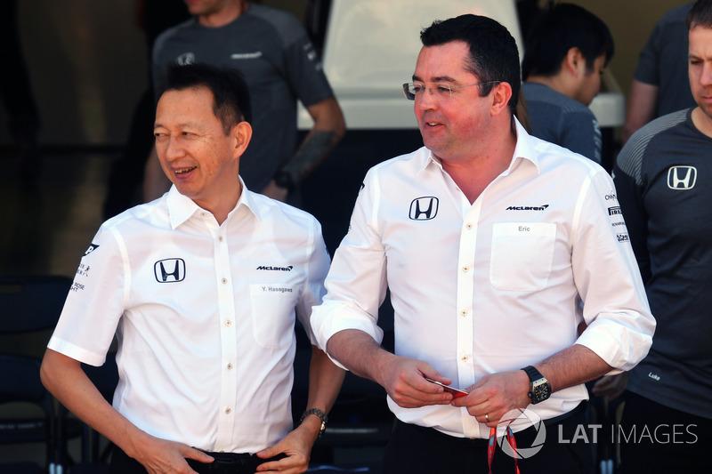 Yusuke Hasegawa, jefe de Honda Motorsport y Eric Boullier, director de McLaren Racing Director en la foto del equipo McLaren
