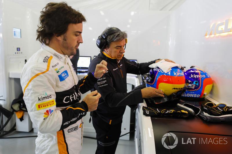 Fernando Alonso, McLaren, bersiap mengenakan helm