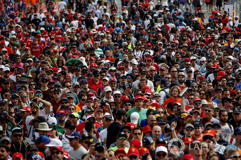 A huge crowd of fans