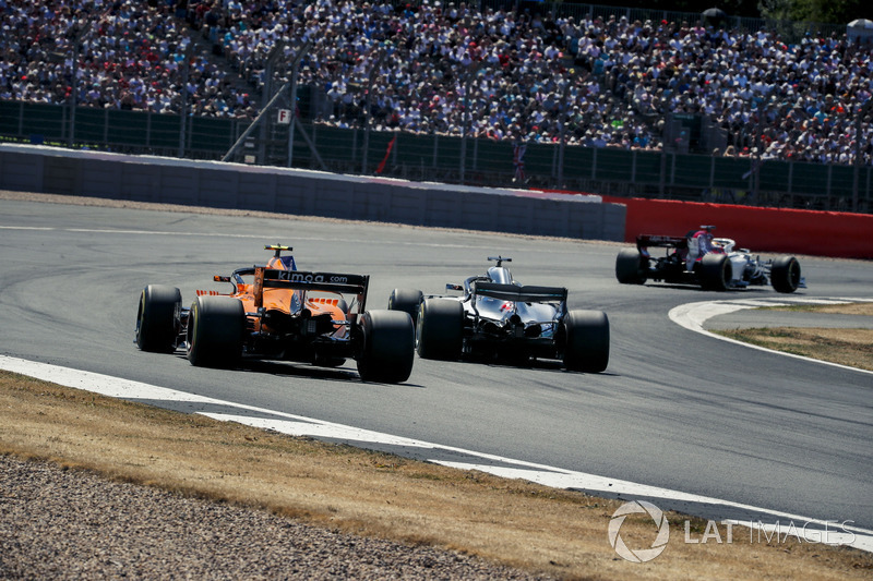 Stoffel Vandoorne, McLaren MCL33 y Lewis Hamilton, Mercedes-AMG F1 W09