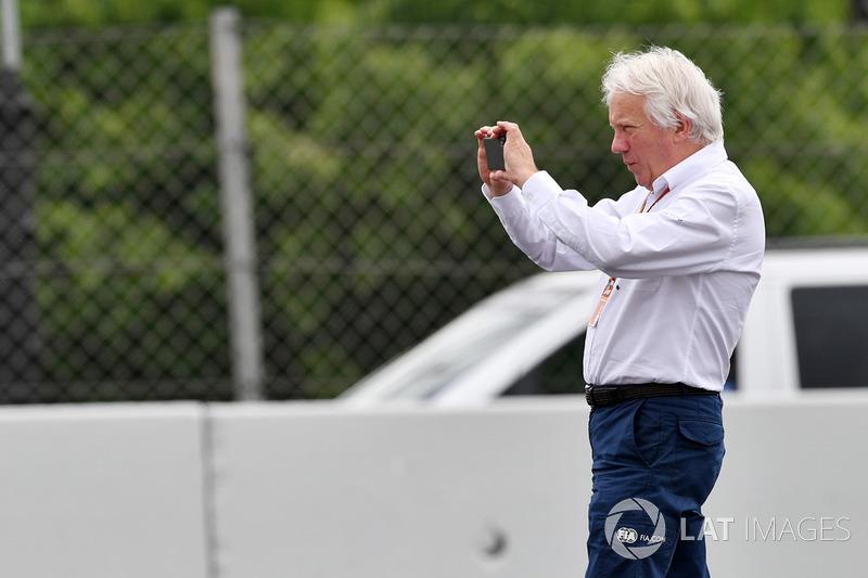 Charlie Whiting, Delegato FIA, osserva la scena dell'incidente di Brendon Hartley, Scuderia Toro Rosso STR13 nelle FP3