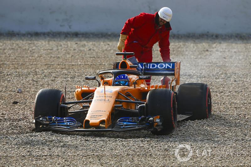 Fernando Alonso, McLaren MCL33, lastik sorununun ardından kum havuzunda