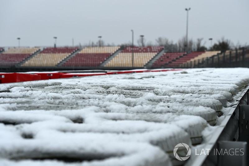 Бар'єр із шин під снігом