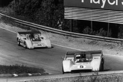 Denny Hulme, McLaren M8D-Chevrolet, leads Dan Gurney, McLaren M8D-Chevrolet