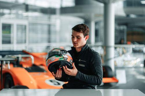 Patricio O'Ward besucht McLaren