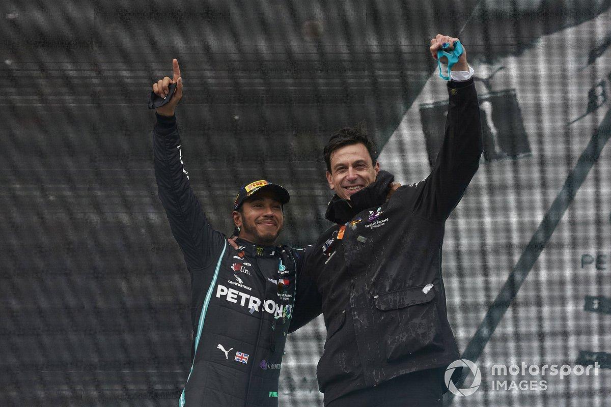Lewis Hamilton y Toto Wolff celebran en el podio de Turquía.