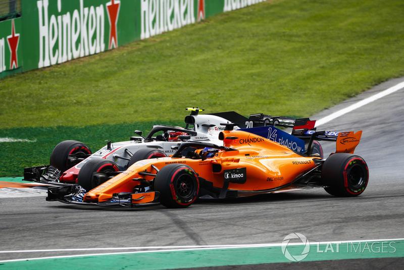 Kevin Magnussen, Haas F1 Team VF-18, y Fernando Alonso, McLaren MCL33, batallan en Monza