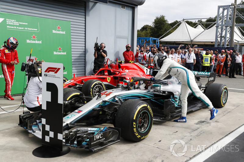 Tercer lugar Valtteri Bottas, Mercedes AMG F1 W09, felicita al ganador de la carrera Lewis Hamilton, Mercedes AMG F1 W09