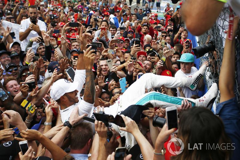 Lewis Hamilton fête sa victoire au milieu des fans