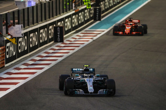Valtteri Bottas, Mercedes AMG F1 W09 EQ Power+, leads Sebastian Vettel, Ferrari SF71H
