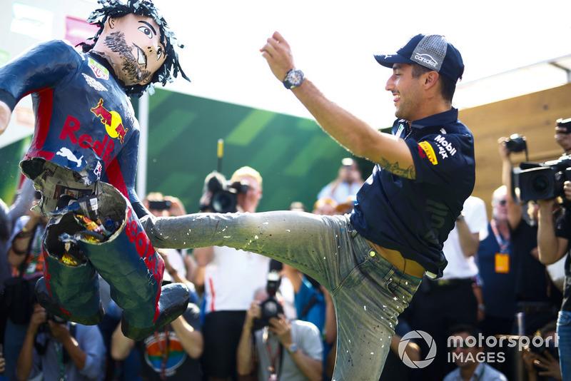 Daniel Ricciardo, Red Bull Racing, menendang boneka dirinya